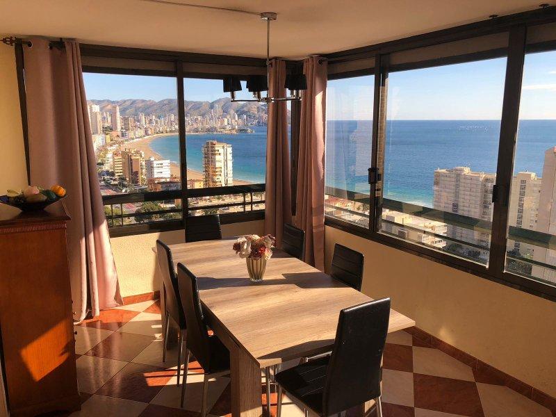 sala de jantar com vista para o mar