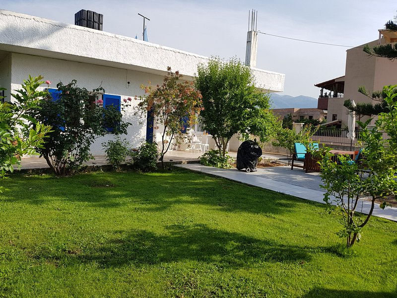 Charming greek house, garden and roof terrace - Booking 2020 has started, holiday rental in Epano Sisi