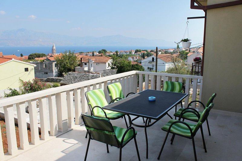 Supetar Apartment Sleeps 6 with Air Con - 5464650, vacation rental in Supetar