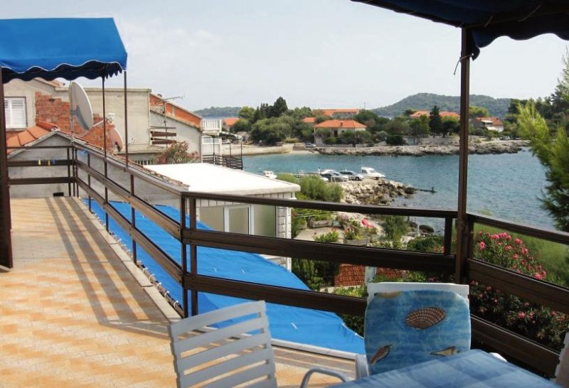 Prizba Apartment Sleeps 7 with Air Con - 5462946, holiday rental in Prizba