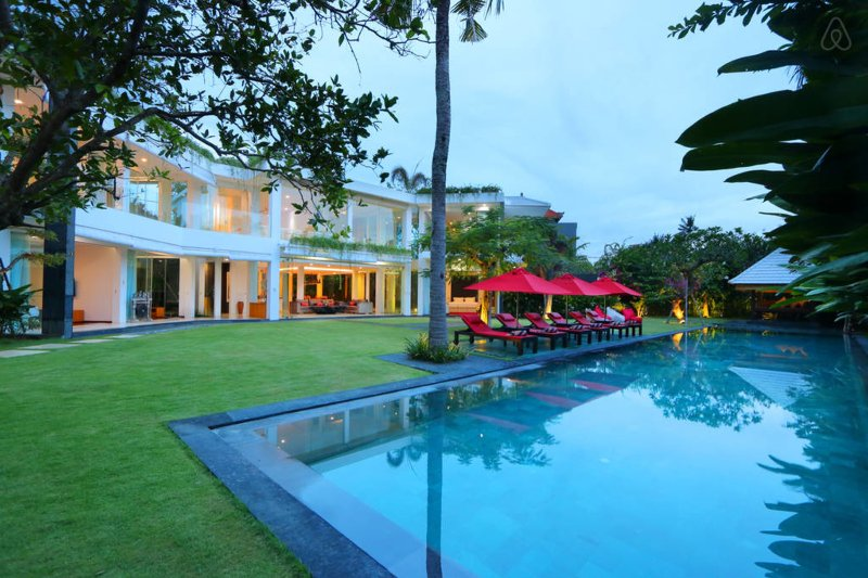 Modern 5-bedroom villa with large garden and private outdoor pool