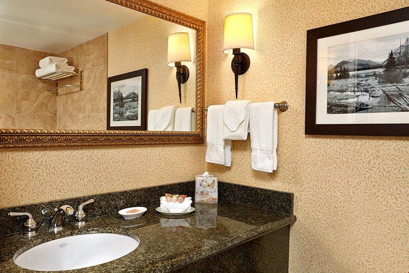 El baño es limpio y moderno