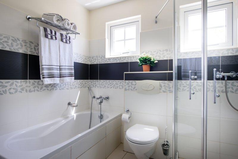 Bathroom 1 - bath tub