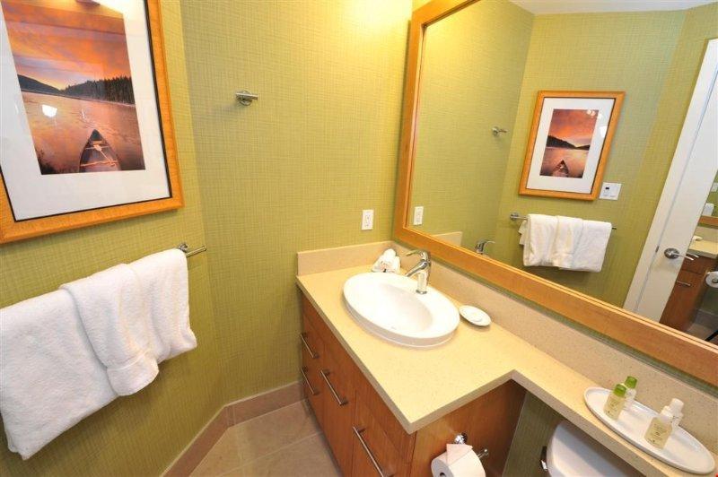 El baño cuenta con un gran tocador y es limpio y moderno