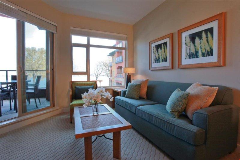 Relájese en este condominio elegante lleno de luz natural precioso.