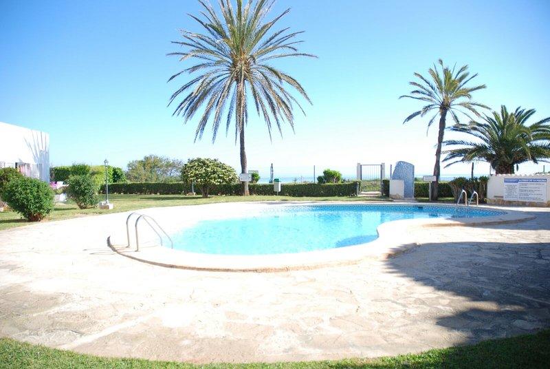 BONITO BUNGALOW EN 1° LINEA DE PLAYA y km 0.5 Ctra Marinas, holiday rental in Denia