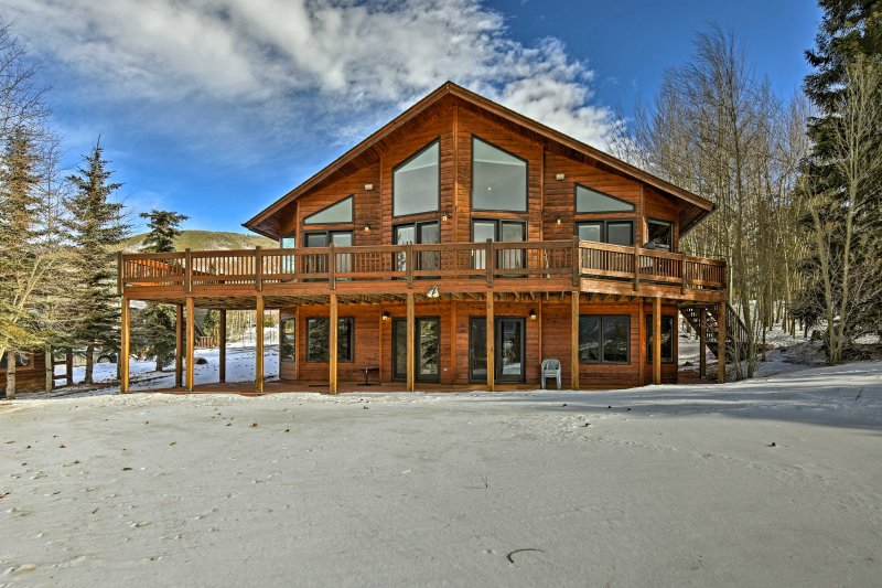Discover Lake Dillon from this 5-bed, 4-bath vacation rental house!