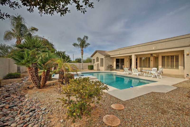 Trek u terug in het zonnige Arizona van dit 4 slaapkamers, 2 badkamers Chandler vakantiewoning huis.