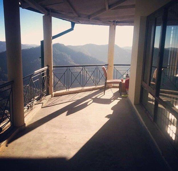 vistas panorámicas del valle y la cordillera del Himalaya desde la terraza ...