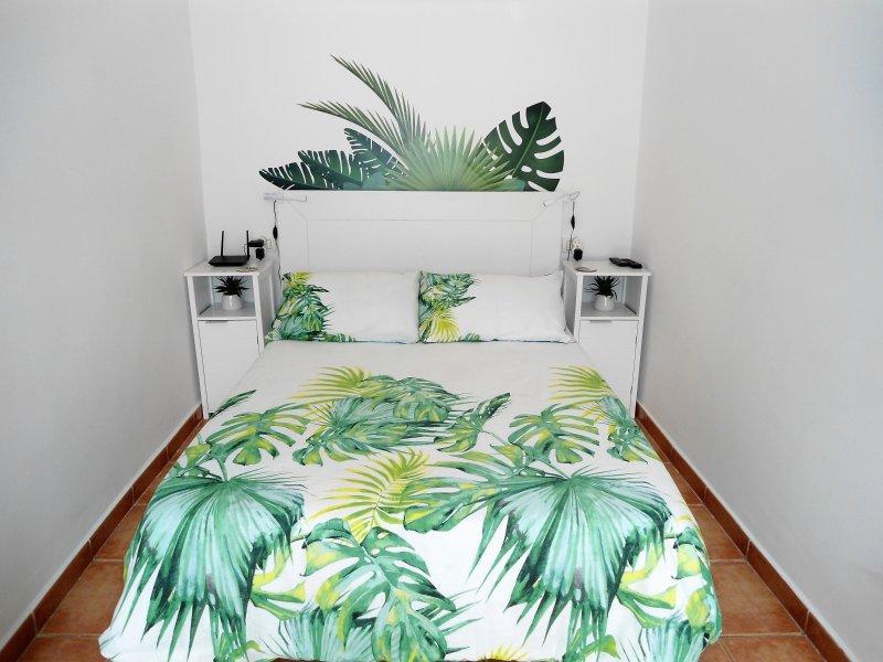 Muy luminoso y moderno estudio, decoración de inspiración tropical.