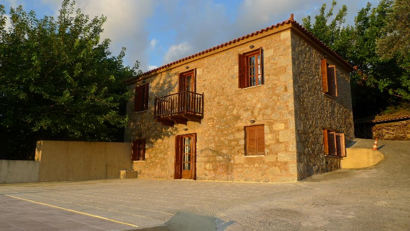 Traditional stone country house in Euboea Island - ideal for relaxing vacation, aluguéis de temporada em Petries