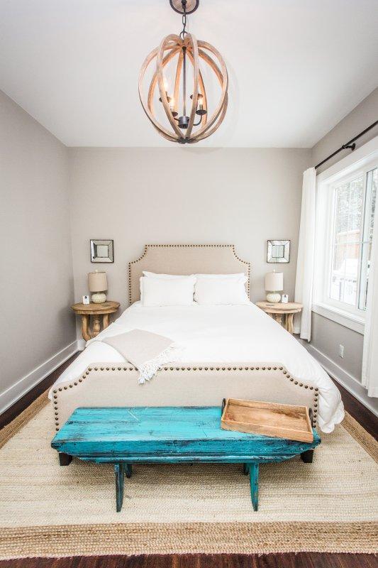 El dormitorio principal con baño en suite