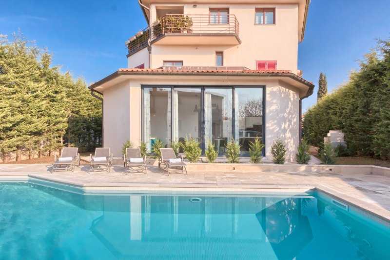 Villa YoYo****with the new heated swimming pool close to the beach, holiday rental in Pula