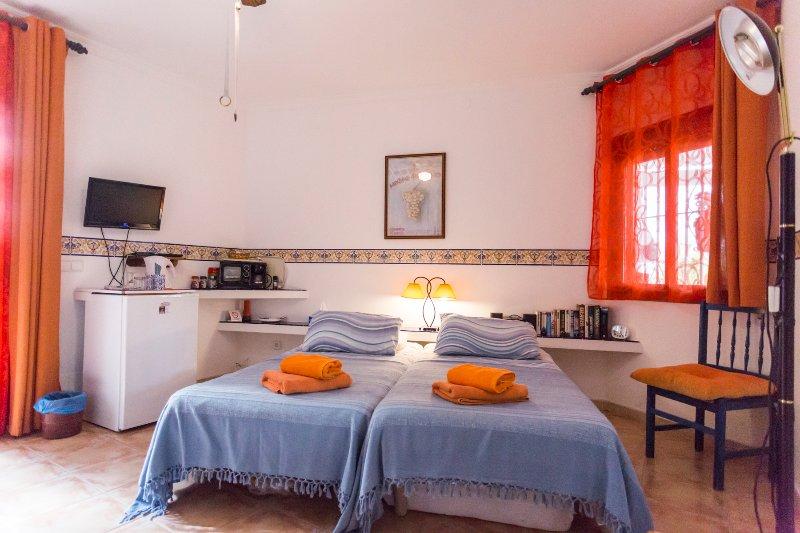 Camera Arancione mostrando frigo e bevande making facilities