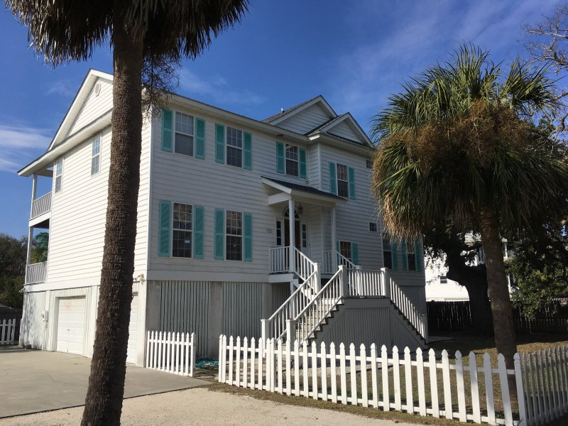 Stunning Family Home *One house from the Back River Beach*, holiday rental in Tybee Island