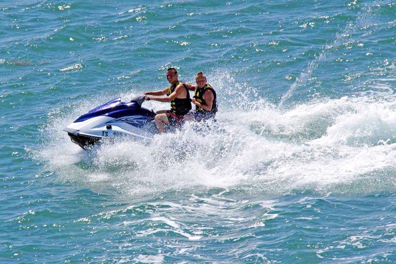 Tomar un paseo en jet ski en la bahía es obligatorio.