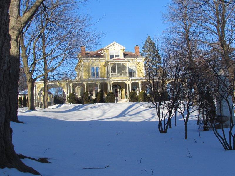 The Manor bij het betreden van de woning bedekt in januari sneeuw
