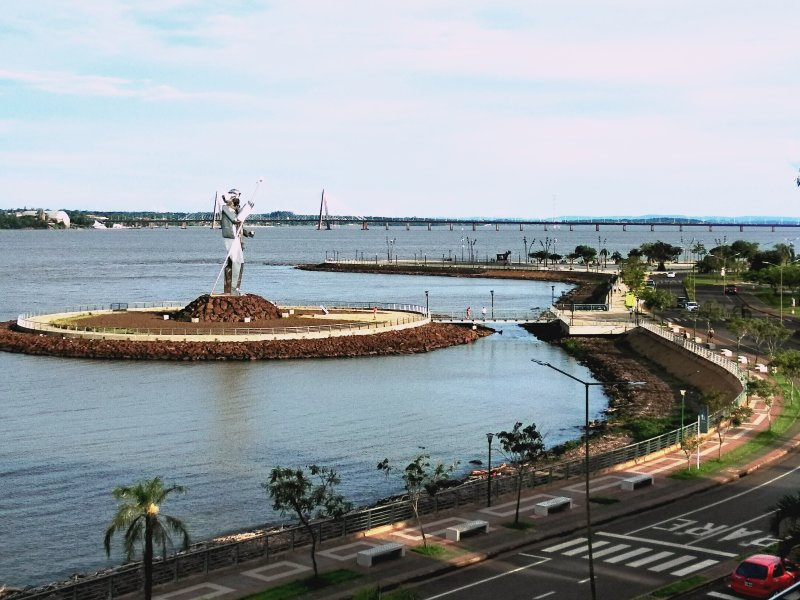 With a view of the Paraná River and a monument to Andrés Guacurarí.