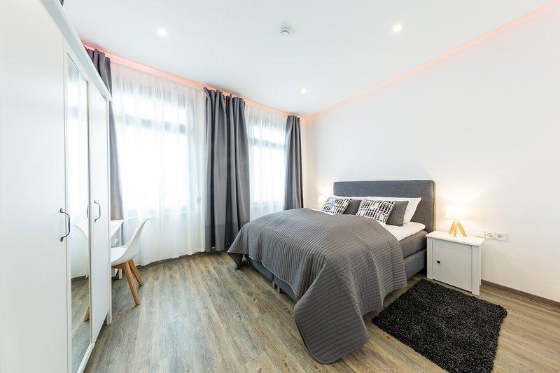 Duplo 1 - cama box spring, TV, guarda-roupa, mesa, aquecimento de piso