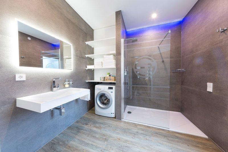 Designer de banho com luz natural, pé-no chuveiro de chuva