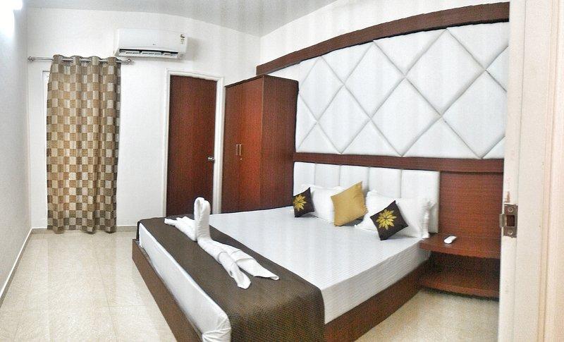 Valuable Stays 2 BHK Suite near Baga! ☆ POOL ☆ WiFi ☆ BREAKFAST ☆, holiday rental in Verla Canca