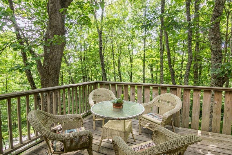 Terraza con mesa y sillas.