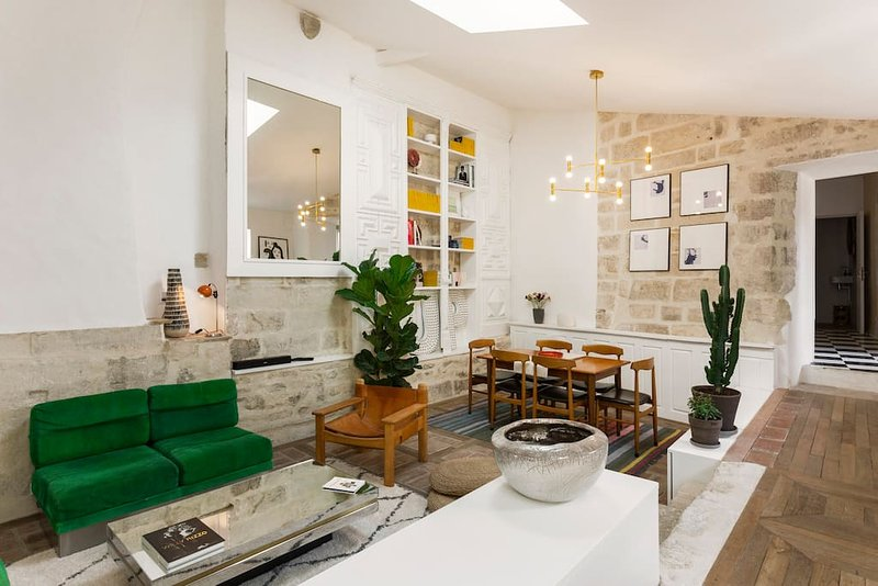 De woonkamer. Hoge plafonds, ten opzichte van het verleden, gecombineerd met het comfort van vandaag.
