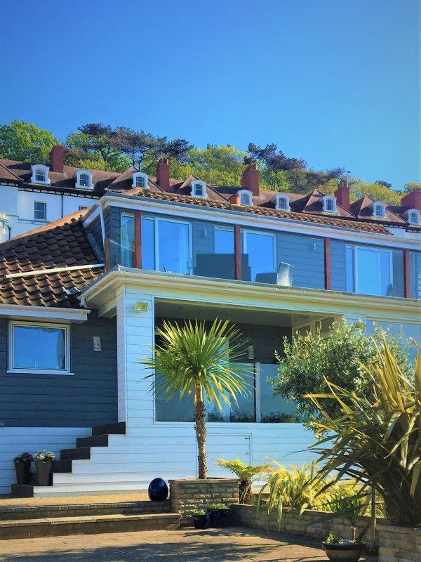Vue sur l'océan à l'arrière de la propriété avec un balcon de pleine longueur et des sièges.