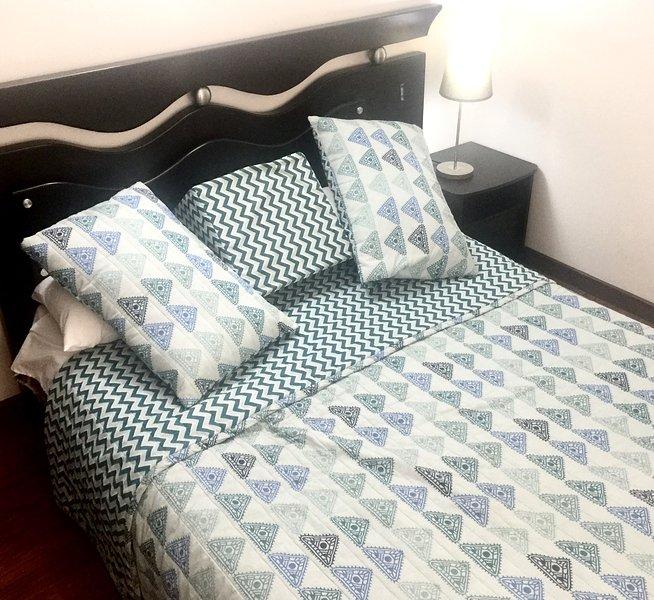 2 dormitorios con una buena cama, llena de 2 plazas también una pequeña terraza y una silla.
