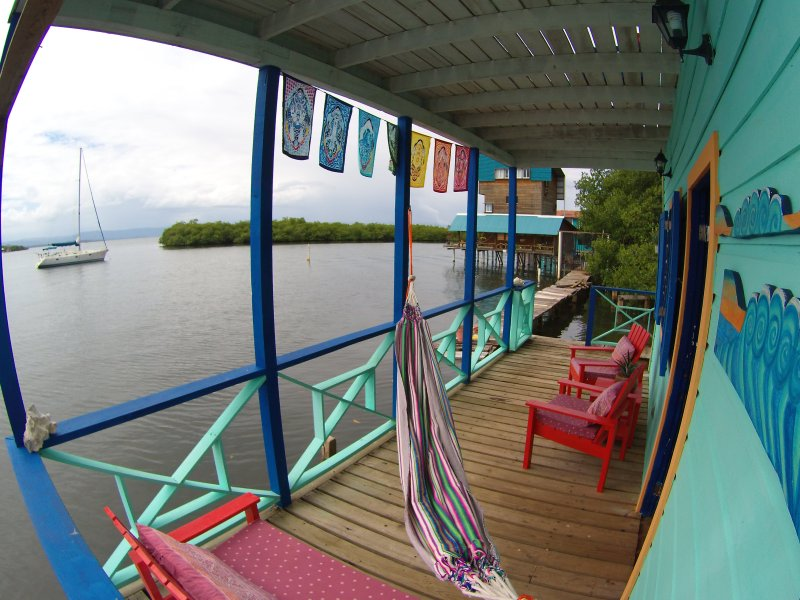 Ocean View, close to town 2 Bedroom Apartment with A/C and Wi-Fi, vakantiewoning in Bocas Town
