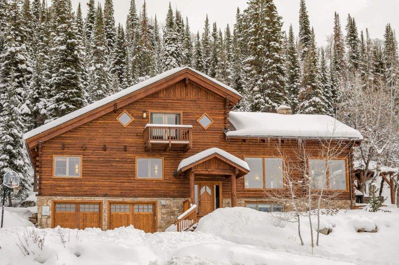 Two Bears Lodge onder een winterse deken