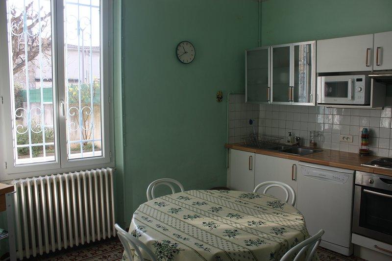 La cuisine séjour. La fenêtre donne sur la terrasse.
