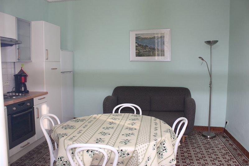 La cuisine/séjour. Un confortable canapé.