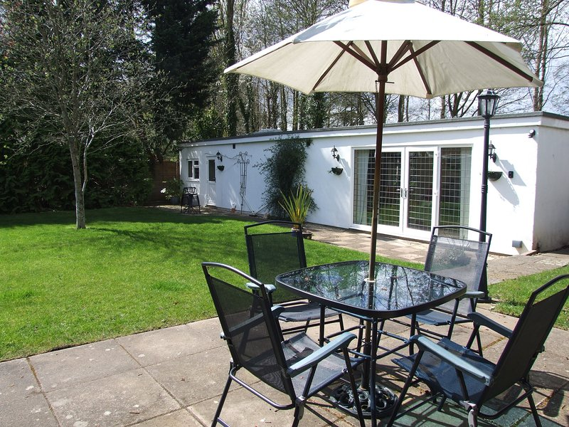 Lodge With Private Garden In Country Village - Pets And Babies Welcome, holiday rental in Woodgreen