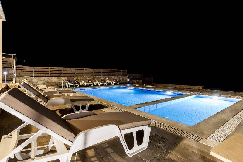 Zwembad 's nachts geschoten