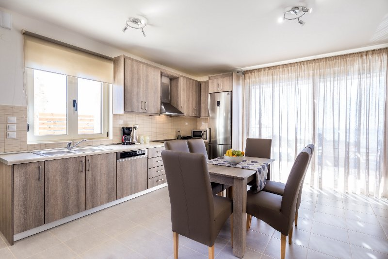 Moderne keuken en een eettafel
