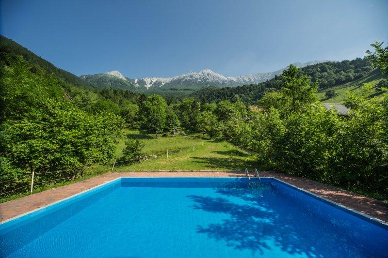 Piscine en plein air avec vue sur la montagne magique Rodica 1986m