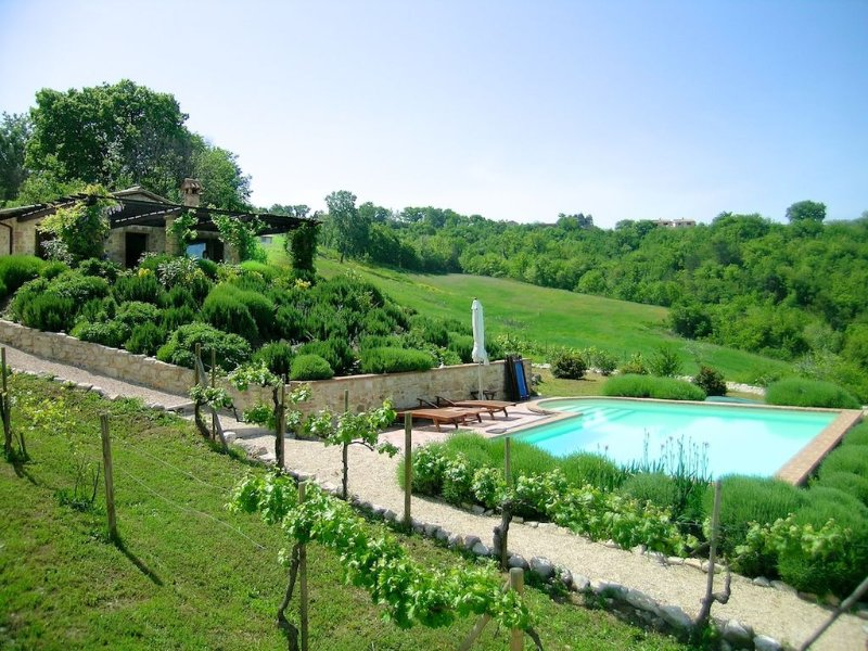 Beautiful stone house near Todi with private  pool in stunning hillside setting, Ferienwohnung in Piedicolle