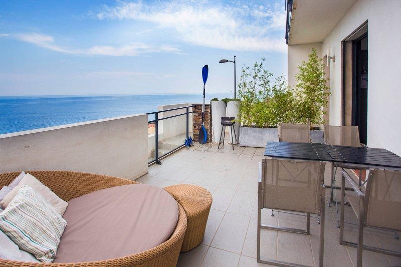 la terrasse de 25 m² de l'appartement. Vue mer panoramique