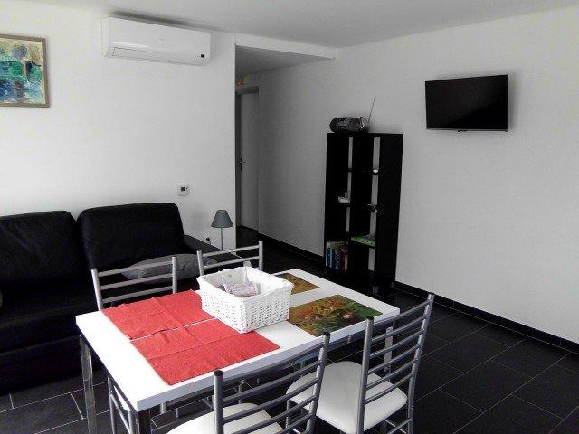 Salon et salle à manger avec Airco et télévision