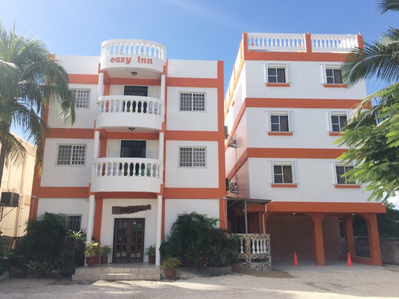 Two double-bed with fully kitchen at Easy Inn, location de vacances à Belize City