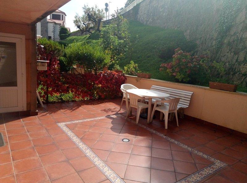 Piso con garaje y  terraza de 40m en primera línea de la playa de Comillas, holiday rental in Cantabria