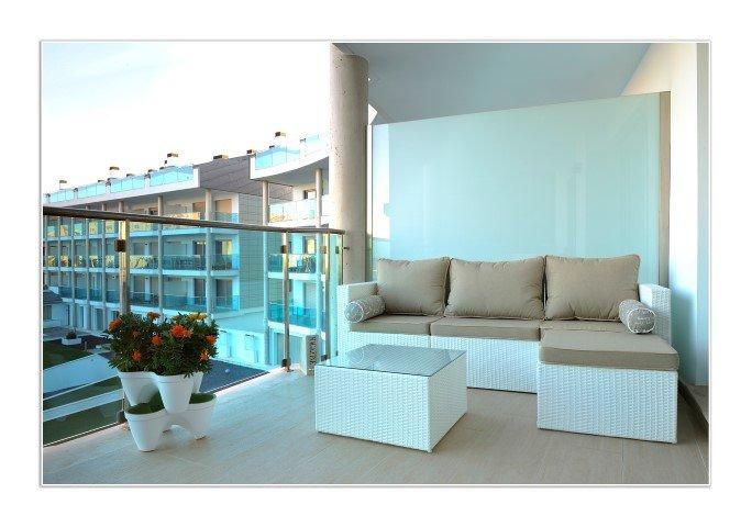 terraza en planta baja con sofa y mesa + sillas