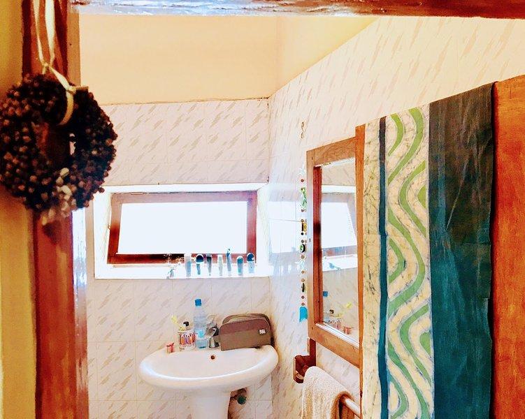 Il y a 2 salles de bains privées