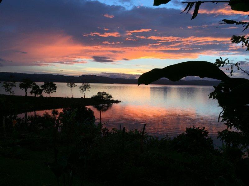 le coucher de soleil sur le lac