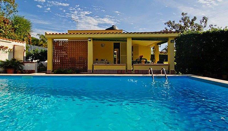 Pool im Vordergrund und die Villa
