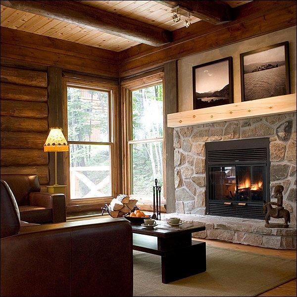 Atemberaubender Wohnbereich mit Steinkamin