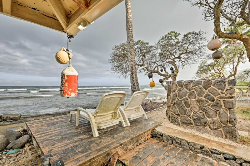Leave your worries behind and escape to paradise to stay at this oceanfront Hauula studio.