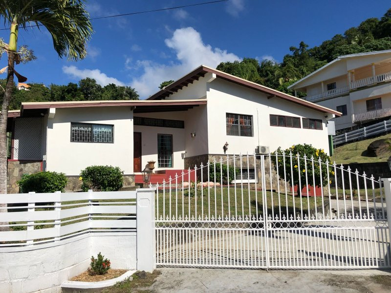 A&D's Tennis Villa, vacation rental in Arnos Vale