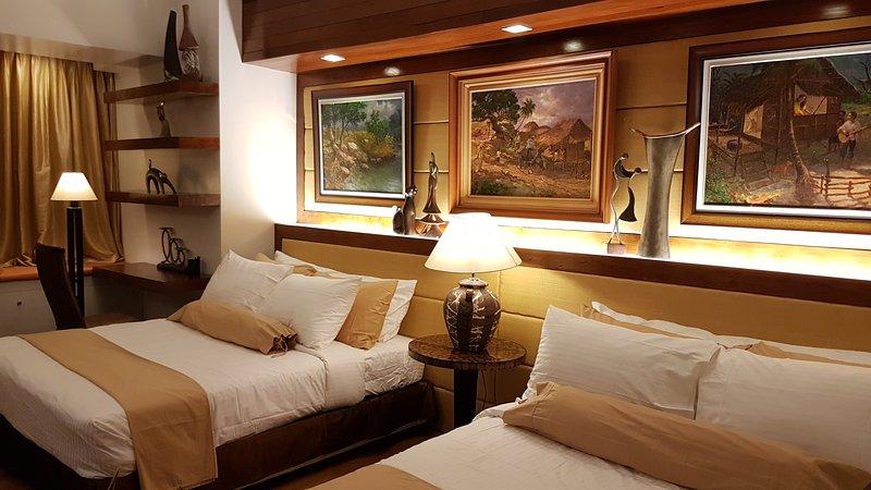 2 camas queen size com edredom de alta qualidade e roupa de cama